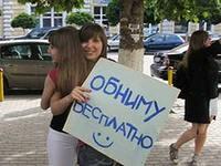 Жители Глазова отметили День объятий массовой акцией