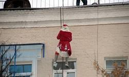 Детей-инвалидов в Глазове поздравил Дед Мороз-альпинист